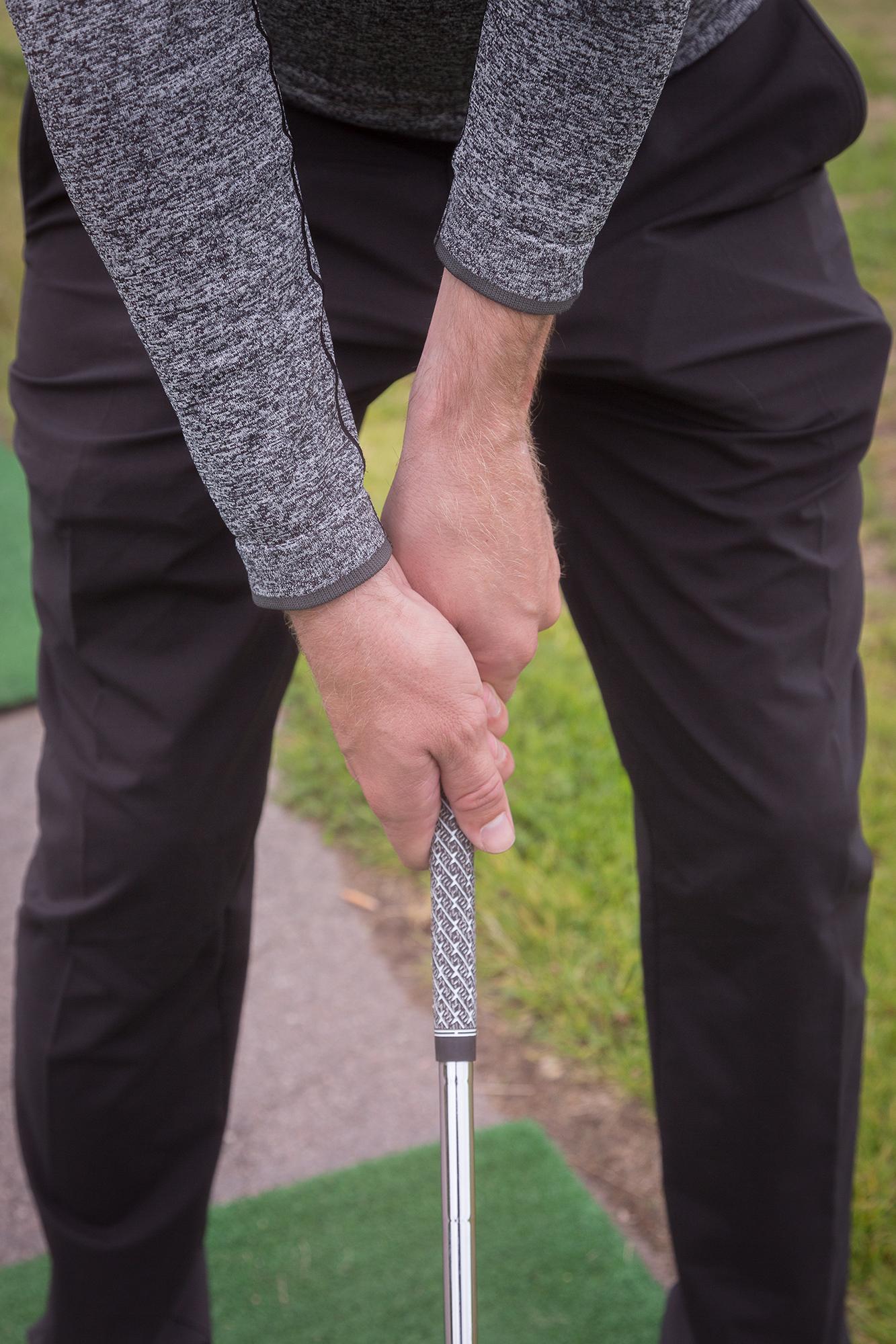 Vasemman ranteen ja käsivarren väliin muodostuu selkeä kulma, oikean käden peukalo on varren etupuolella