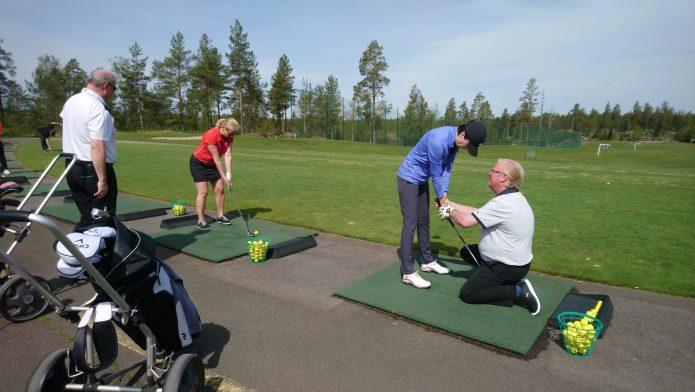 Golfin tutustumispäivä Hirsalassa antoi ensikosketuksen pelaamiseen kentällä