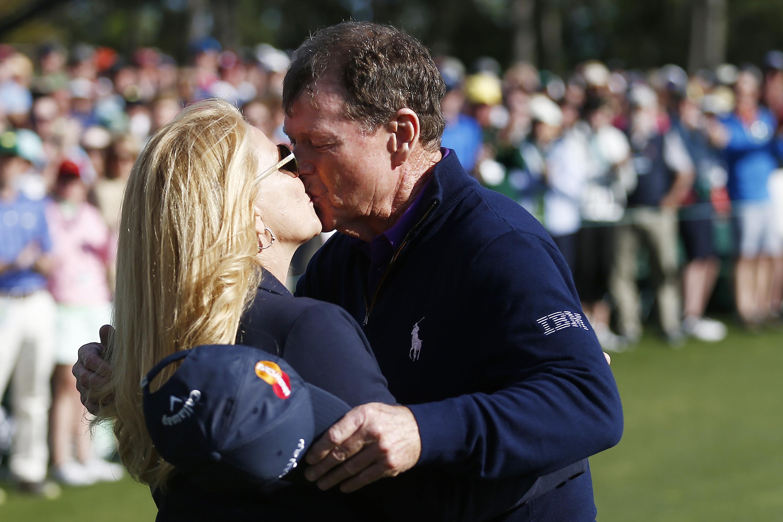 Watson suukottelee vaimoaan Hillarya US Mastersin toisen kierroksen jälkeen 2016.